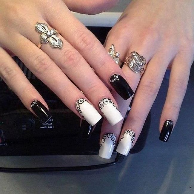 Дизайн нігтів зі стразами фото китайської розпису виконується дрібними стразами круглої форми. Тут краще підібрати рожевий або червоний, бордовий або ліловий