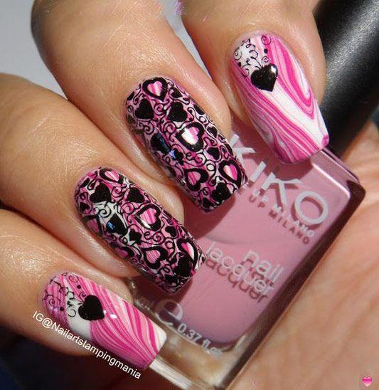 Рожевий водяній манікюр з чорним принтом