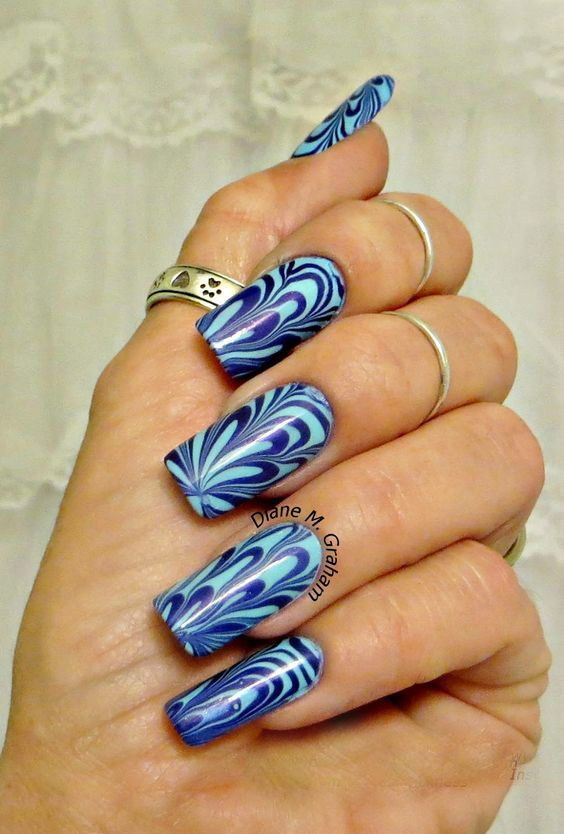 Синьо-блакитний водний манікюр на довгих нігтях