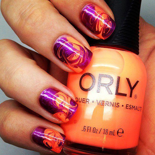 Сміливе поєднання фіолетового і помаранчевого лаку, водний манікюр