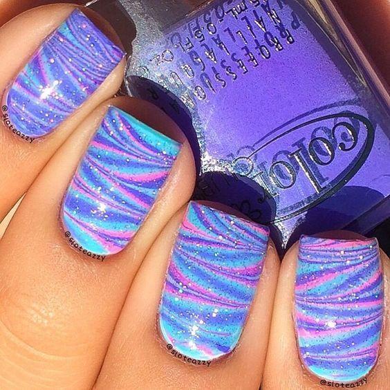 Фіолетово-блакитний водний манікюр з блискітками
