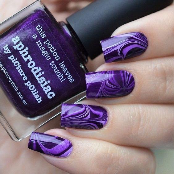 Шикарний фіолетовий мармуровий манікюр