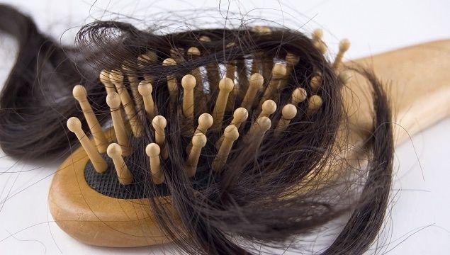 Яка норма випадання волосся за один день, до якого звернутися лікаря при випаданні волосся