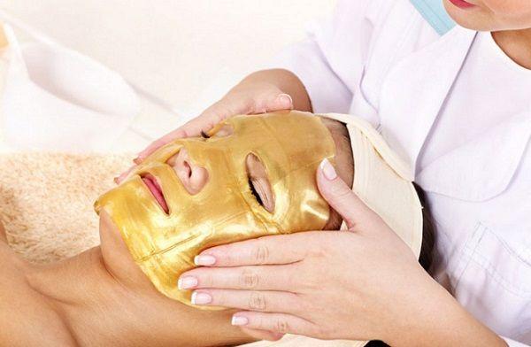При нанесенні маски важливо робити це рівномірно по всьому обличчю