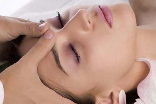 косметолог робить масаж обличчя