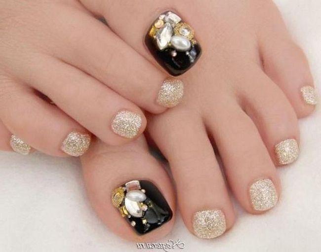 Також ваші нігті можуть залишатися в природному вигляді або з легкими відтінками, як персик, бежевий, білий і так далі, так наривається nude look.