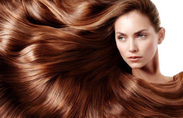 Відрощує довге волосся в домашніх умовах