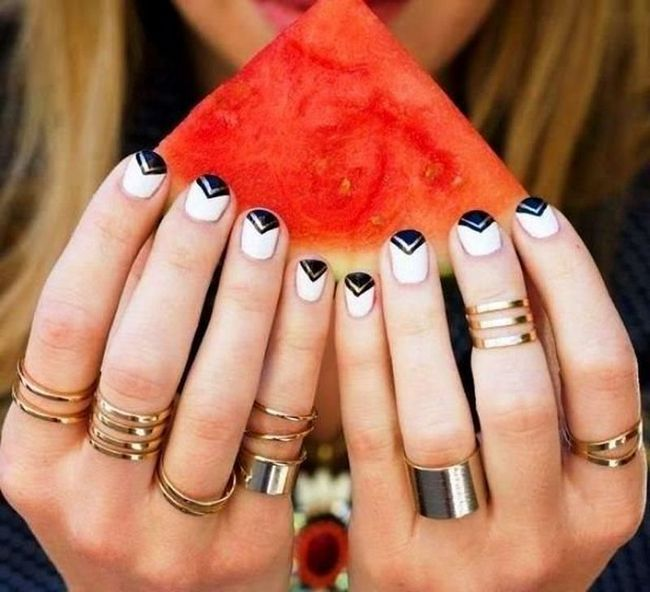 Одним з популярних нейл дизайнів нігтів є манікюр, прикрашений блискучими стразами. Такий дизайн виглядає просто приголомшливо.
